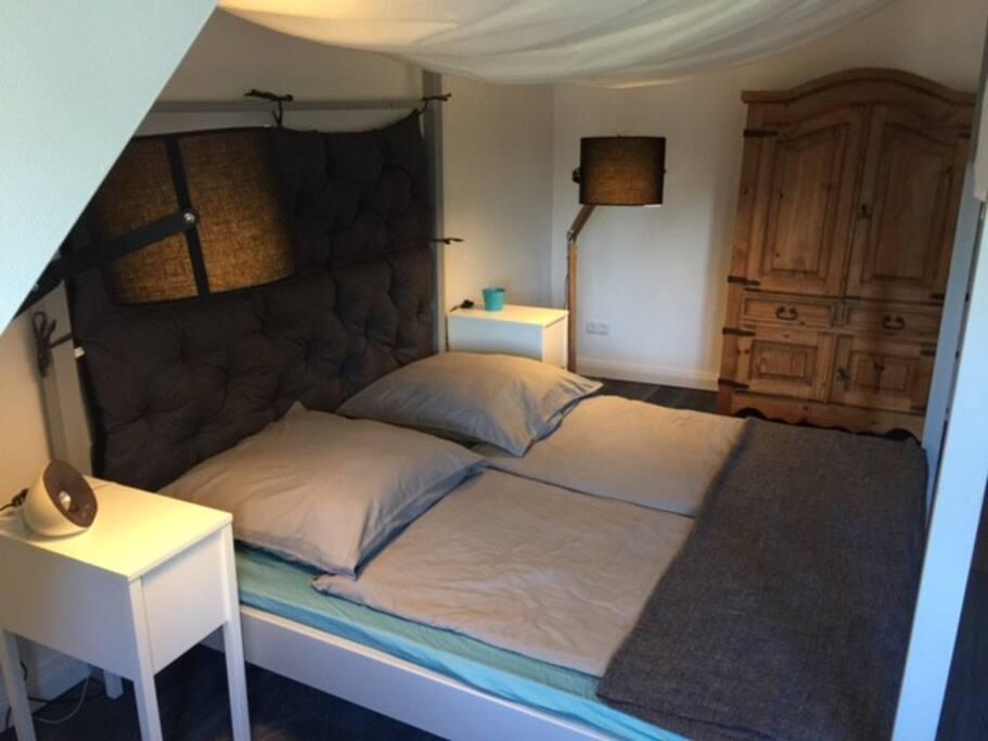 Schlafzimmer mit Himmelbett, zweimal 90 x 200 cm