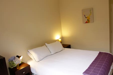 CENTRAL Queenstown room with spa - House