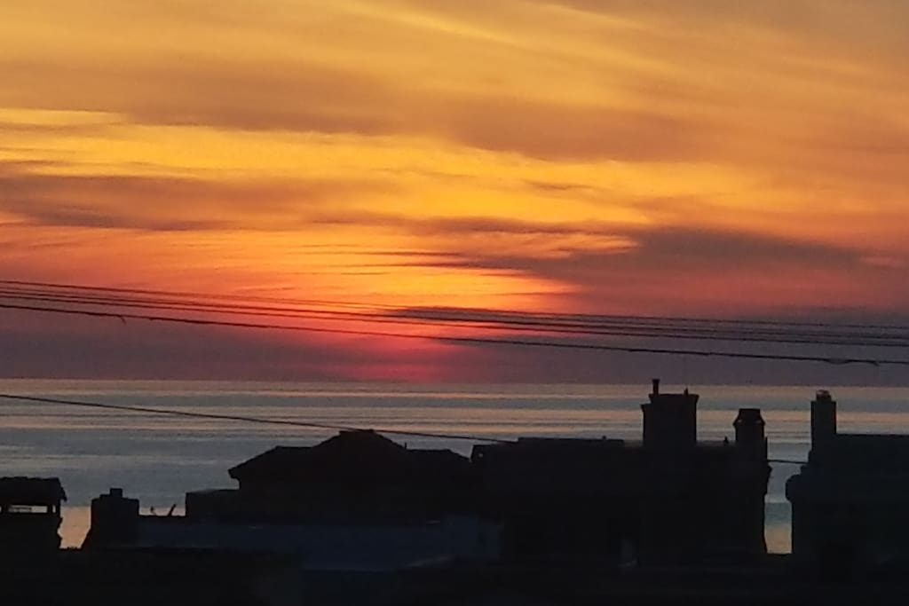 Beautiful Sunsets from the cozy 10ft by 15ft rooftop patio.. plenty if nice seating,bbq grill and a lounge hammock