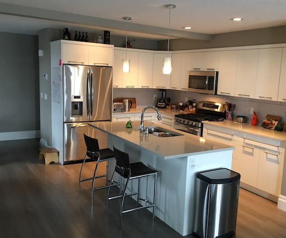 Downtown Canmore private room with ensuite bath. - Canmore - Townhouse