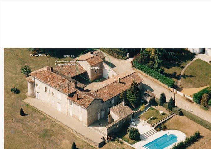 Maison de charme avec piscine - Pommiers - Huis