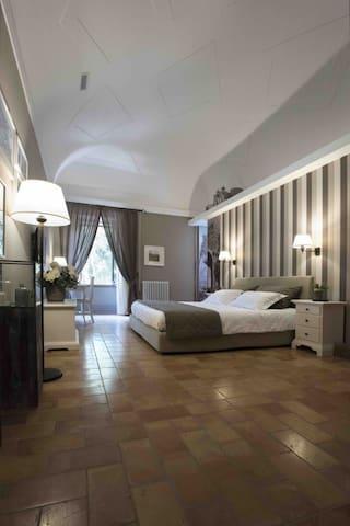 Camera Matrimoniale Superior In Villa Teloni
