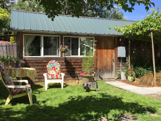 Cute studio cottage on Vashon Island--reduced rate