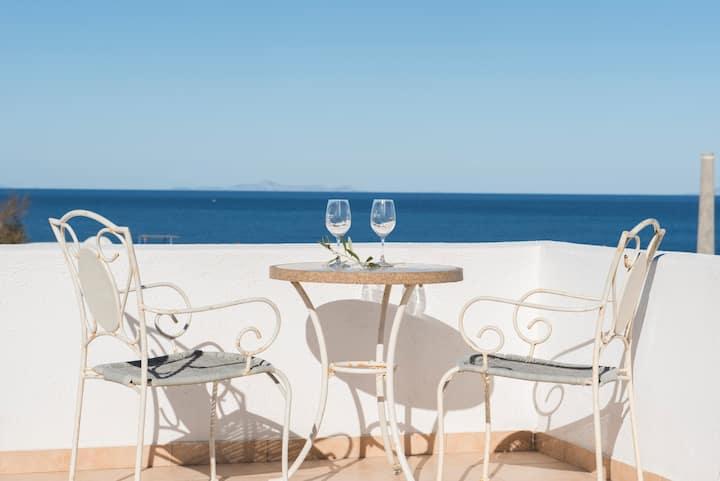 Modern beach front villa for 6 in Monolithos