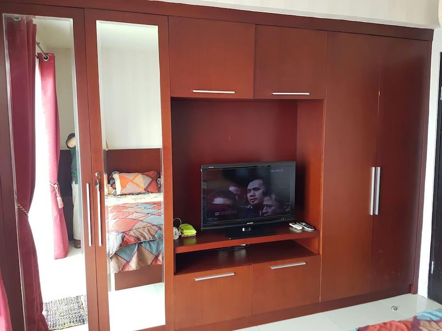 Wardrobe + flat TV cable