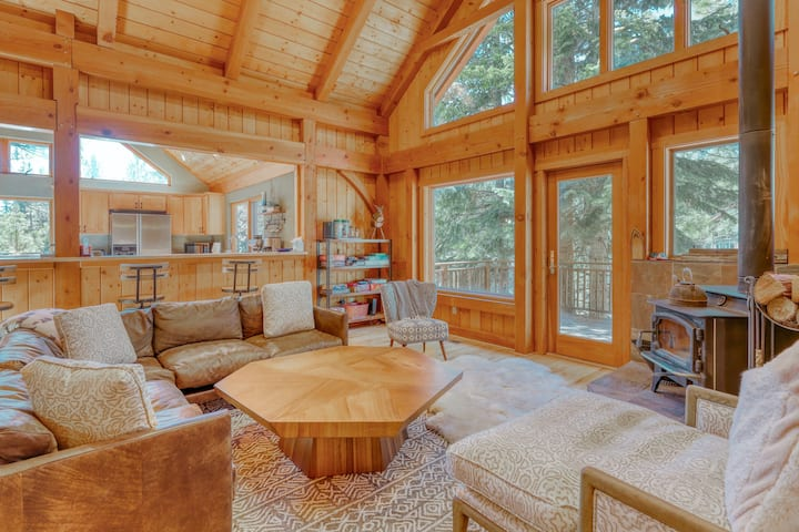 Gorgeous chalet w/ a private hot tub, a pool table, & rec center passes