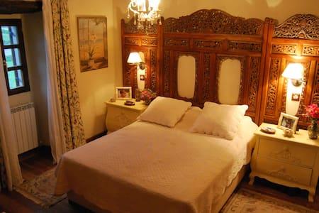 Casa Ayalesa. Habitación doble con baño y wifi..
