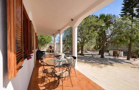 Villa 7 min walk from the beach in Torre Chianca