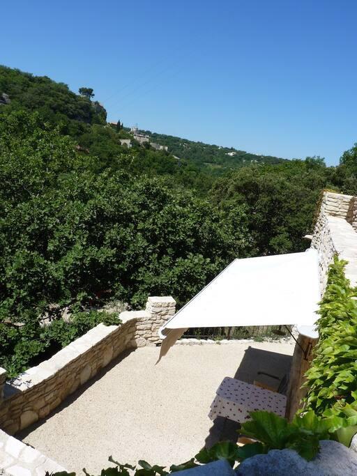 Terrasse nach Süden mit Aussicht auf Le Beaucet