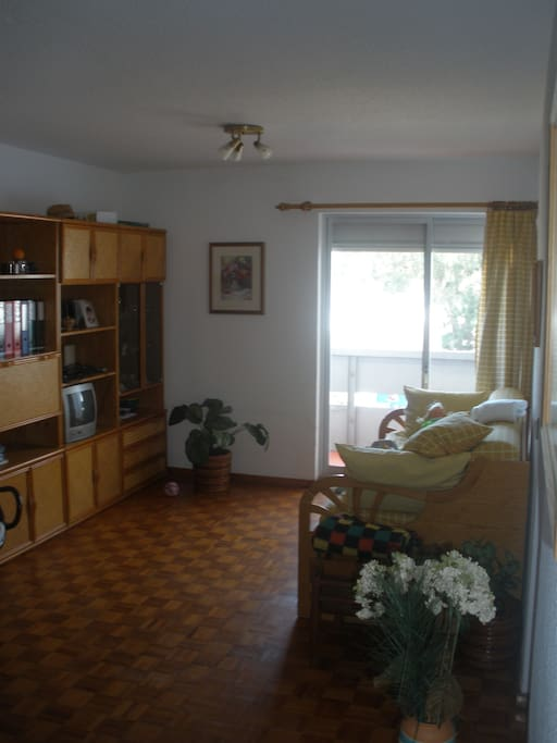 Sala com sofá cama de gavetas para duas pessoas