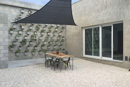 Spacious studio A at quiet location - Elx - Hus