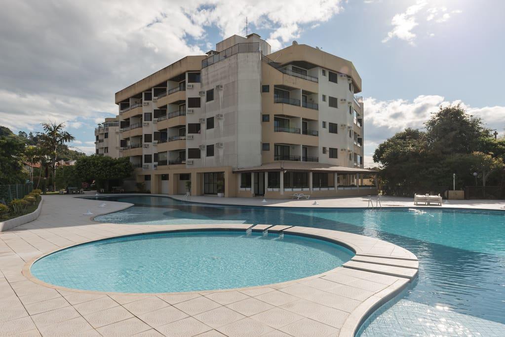 Vista da piscina para o condomínio