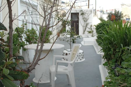 twin room in a family hotel in the centre of Fira - Thira - ที่พักพร้อมอาหารเช้า