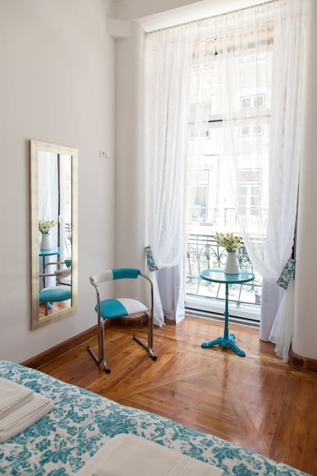 The bedroom is facing Rua Augusta