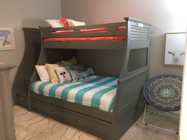 Bedroom Double w/2 twins