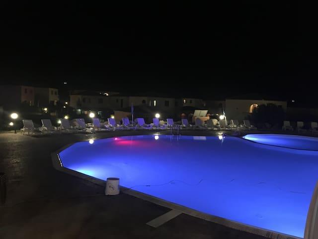 Piscina e piscina bambini in notturna