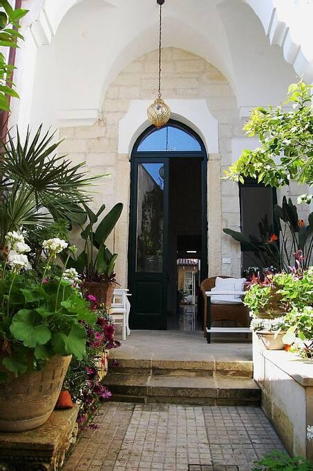 Gartenhof mit Eingang und Loggia