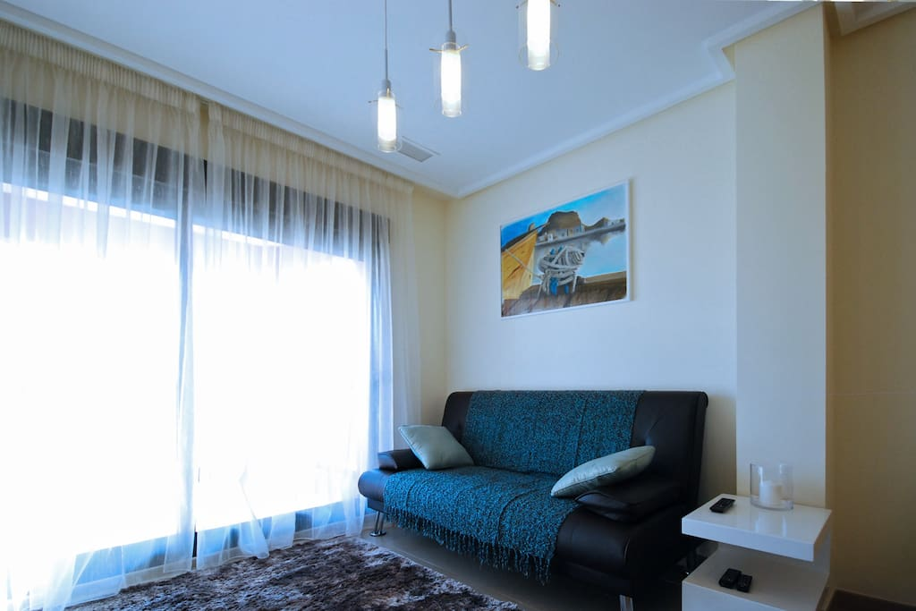 Стильно меблированная гостиная с выходом на просторную террасу --- Elegante amueblado el comedor con la entrada a la terraza amplia ---Stylishly furnished living room with exit to the terrace