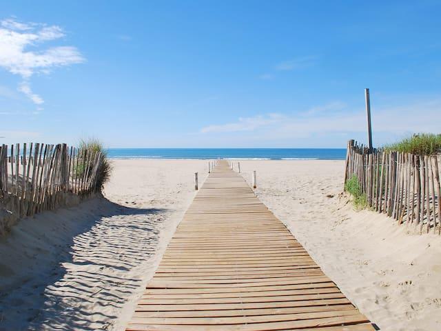 2 pièces climatisé avec terrasse à 100 m de la mer