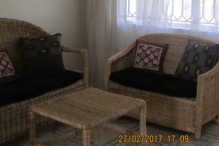 Central Entebbe homestay with garden (single room) - Entebbe - บ้าน