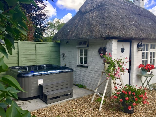 Secluded , luxurious  hot tub solely for cottage guests