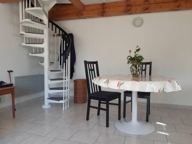 Table de repas,et escalier en colimaçon inadapté pour personnes agé ,montant en sous pente a la chambre.