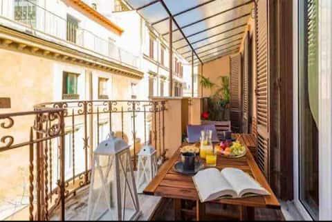Elegante apartamento con balcón en los tejados romanos