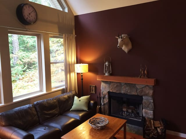 Pender Harbour Hideaway - Private Cottage Getaway - Garden Bay - Kabin
