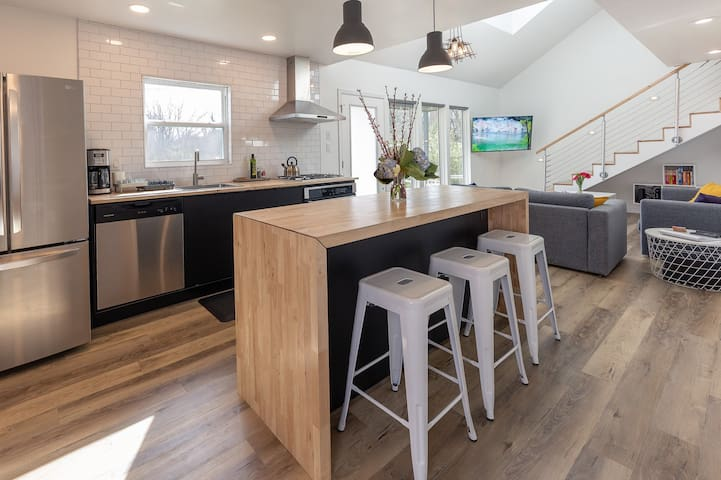 Modern minimalist comfort 5 minutes from downtown