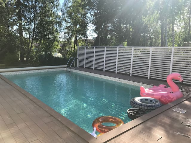 Pool, trampolin, sauna - family villa in Stockholm