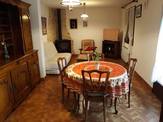 maison individuelle surplombant le village d'Uzer
