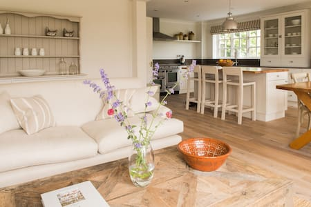 Large quiet room in beautiful home - Crowfield