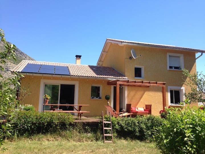 Chambre privée dans villa avec jardin