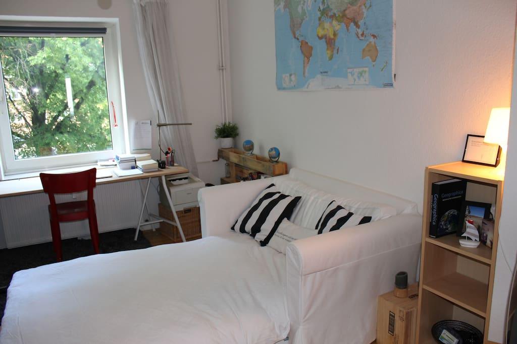 Dein/ Euer Zimmer mit ausgezogener Couch
