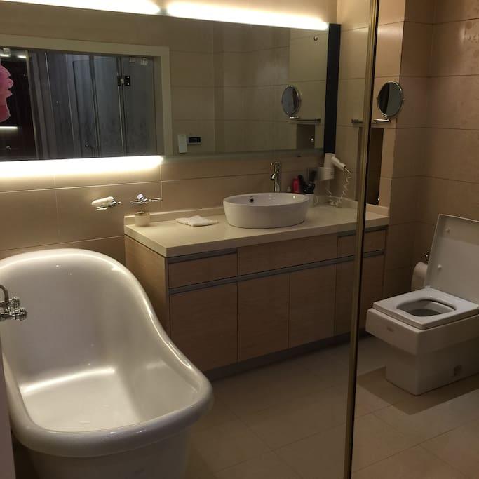 浴室宽敞和卧室一体