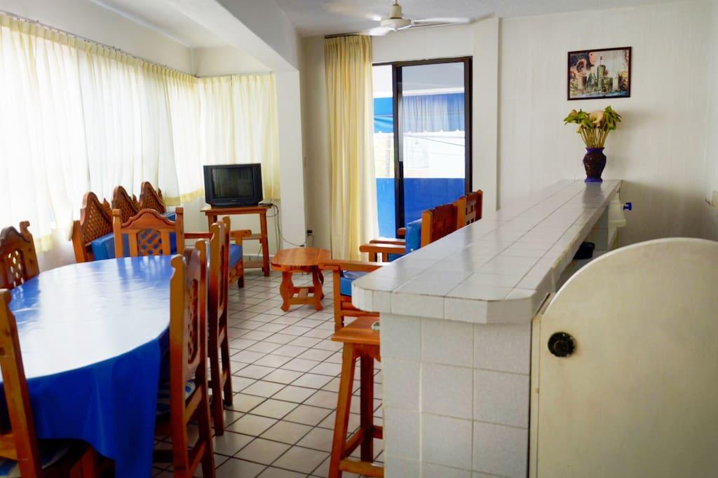Las Suites de 12 personas cuentan con sala comedor, cocina, refrigerador y terraza
