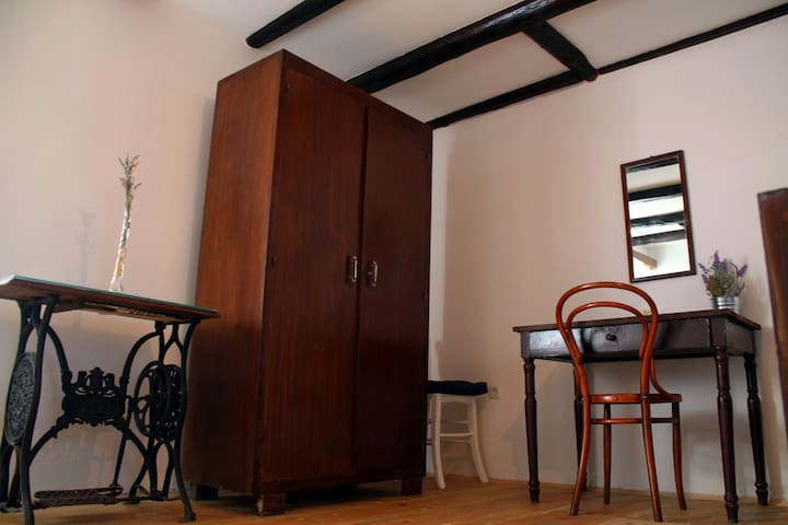2 soba sa restauriranim namještajem