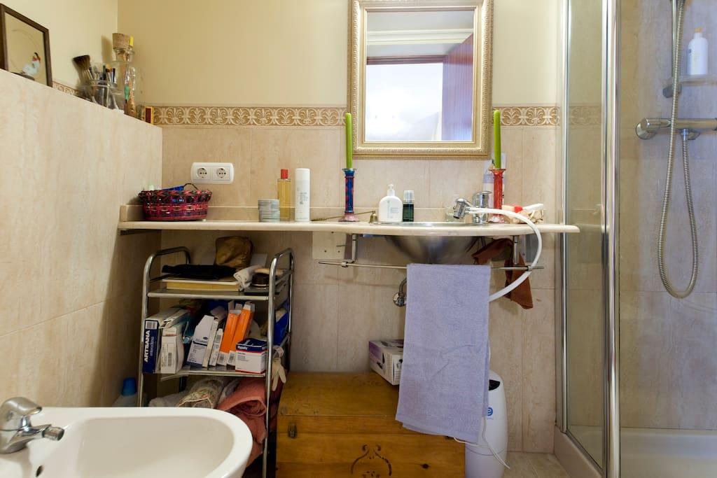 El baño con amplia ducha