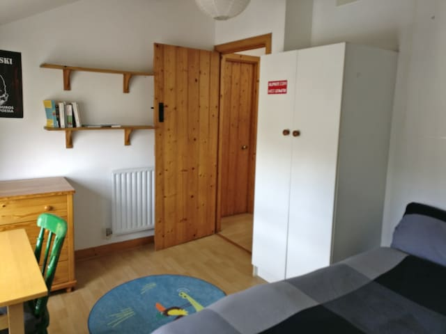 Double room with sink and desk in quiet lane :-)