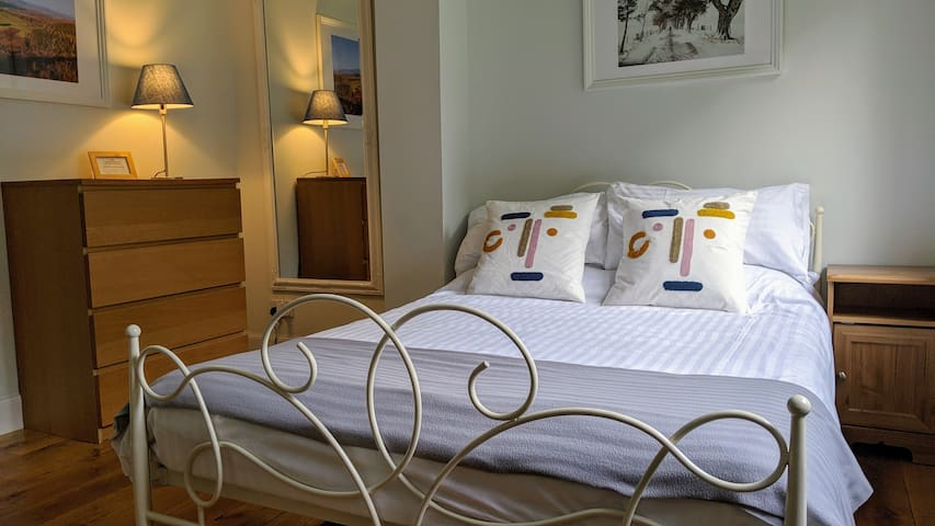 B&B Double Bedroom in Large Country House