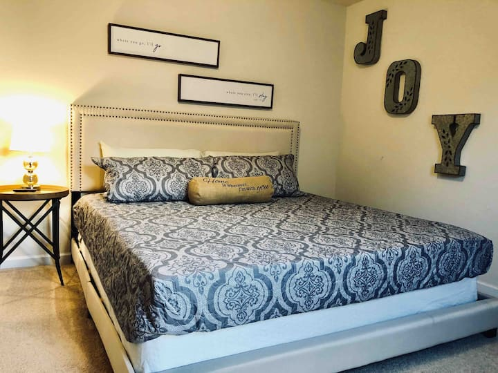 Private Room w/ King Bed near CLT Airport - Blue