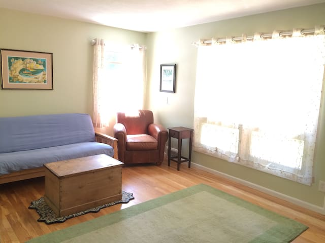 Private Suite one block from Mt Holyoke Campus - South Hadley - Byt