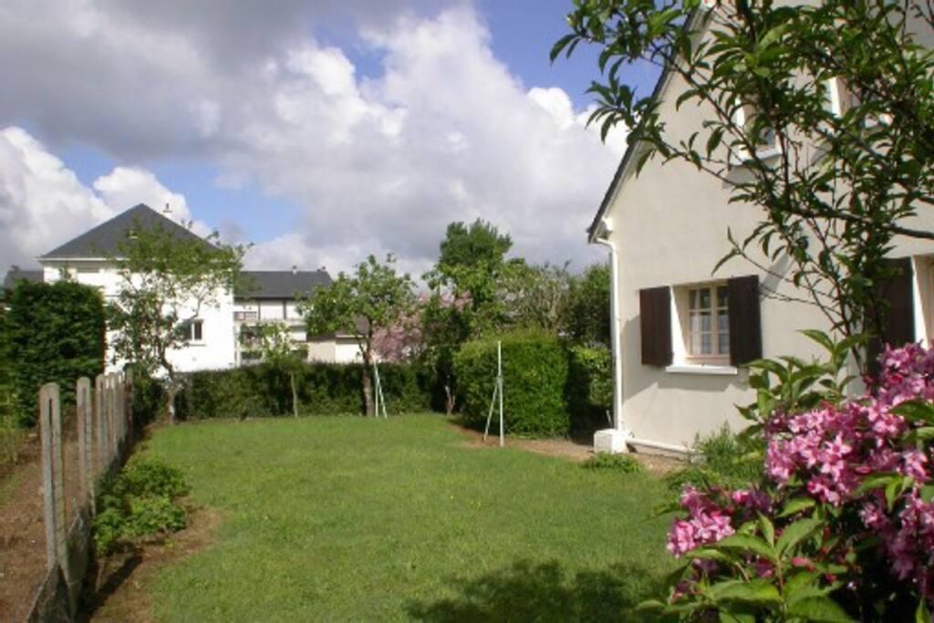 Jardin avec arbres fruitiers, salon de jardin derrière la maison, en toute tranquillité pour barbecue