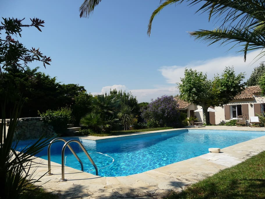 Villa contemporaine piscine et spa villas louer six for Piscine six fours