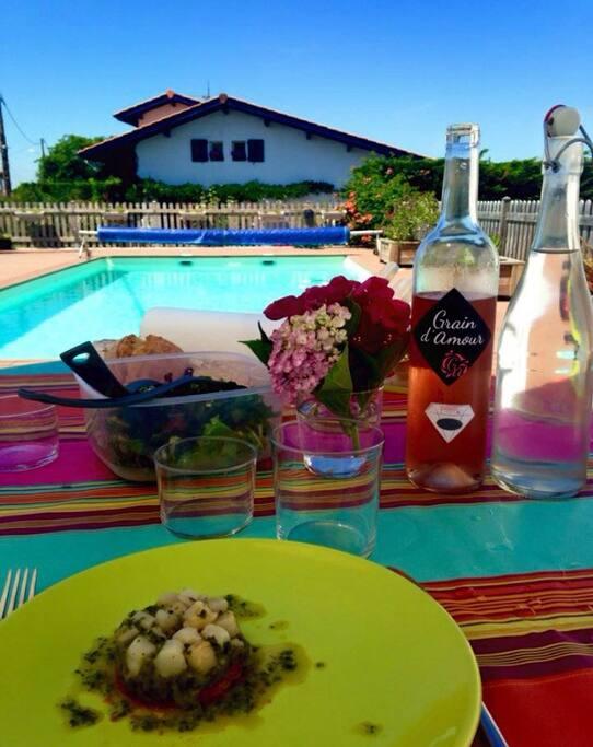 Déjeuner, apéro, petit déjeuner au bord de la piscine... Oui, oui, on peut aussi !
