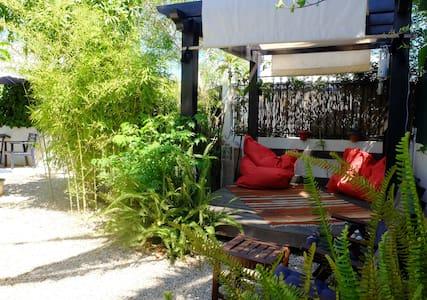 Maison traditionnelle avec jardin - House