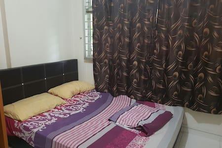Cozy room with queen bed. - Huoneisto