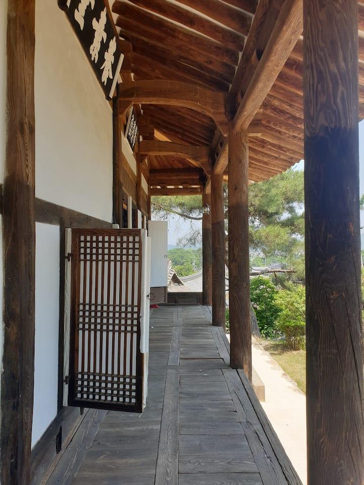경북 안동시 소산마을에 위치한 고즈넉한 느낌의 한옥숙소.큰사랑채 객실