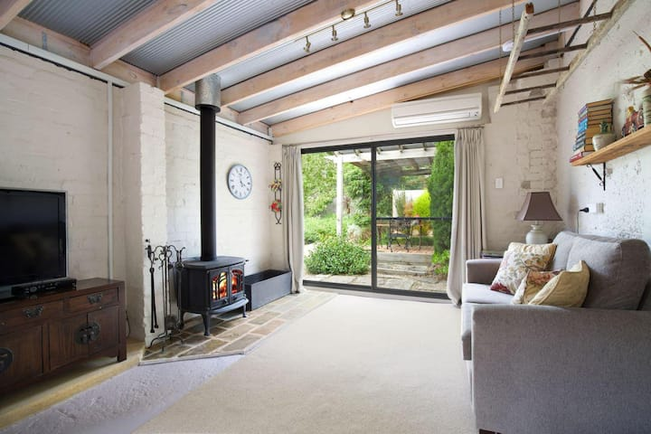 Little Haven Leura Cottage with Spa Bath and BBQ