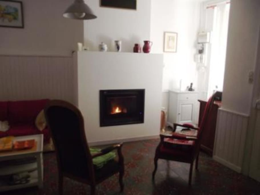"""Salon, 17 m2, canapé, 3 fauteuils """"voltaire"""" téléphone cheminée"""